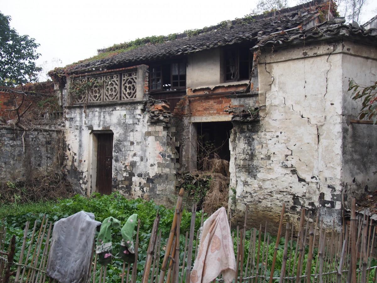 村子里一座年久失修的老屋