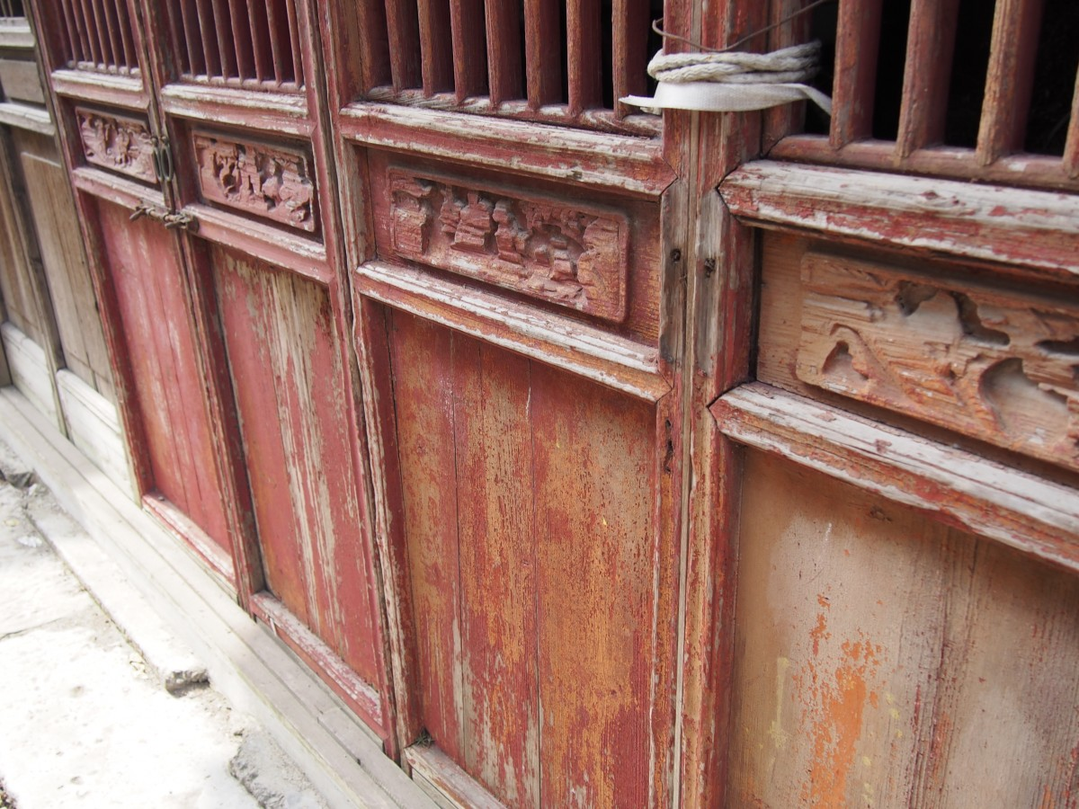 门上雕刻的人像经的起百年风吹雨打,却躲不过十年的精神桎梏。