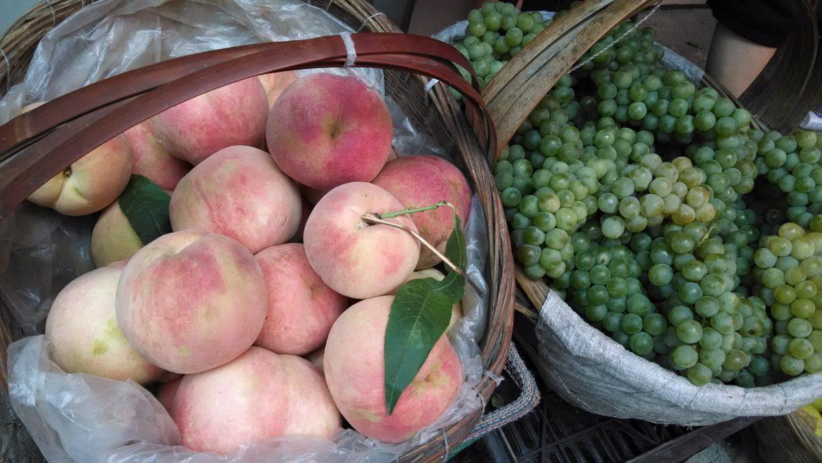 新鲜的桃子和葡萄