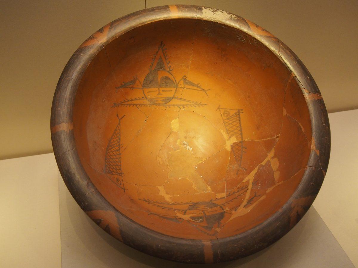 人面鱼纹彩陶盆