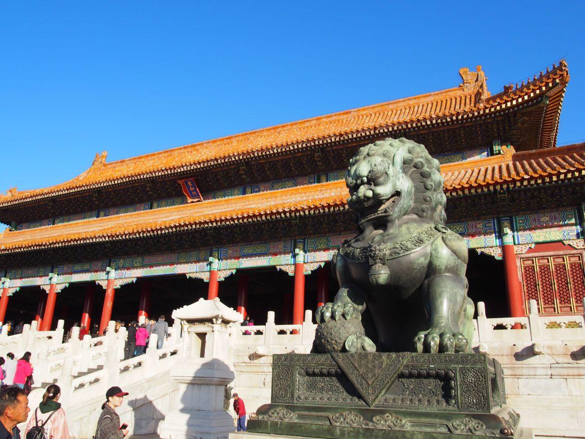 太和门前左侧的雄性铜狮子