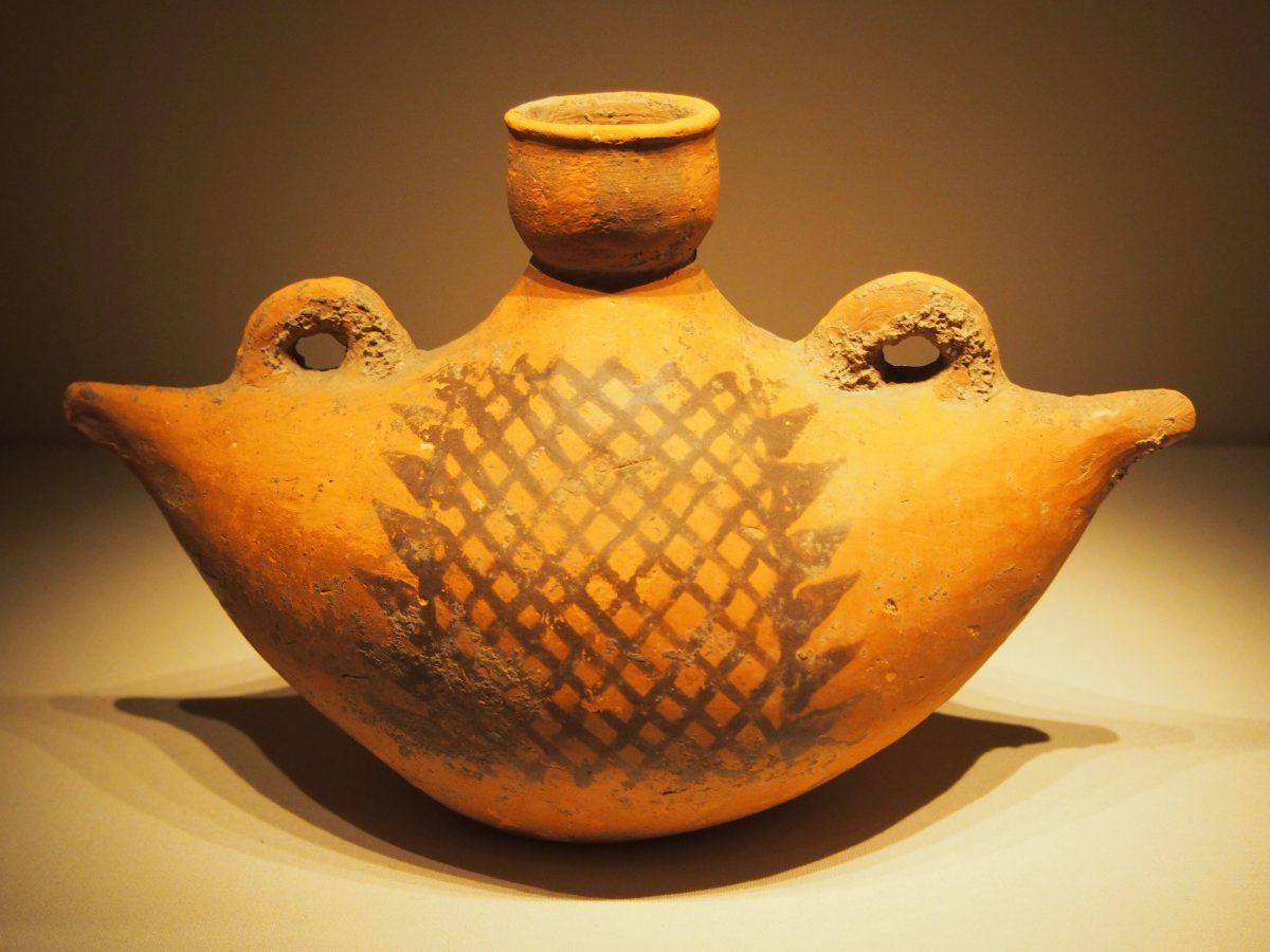 船形彩陶壶