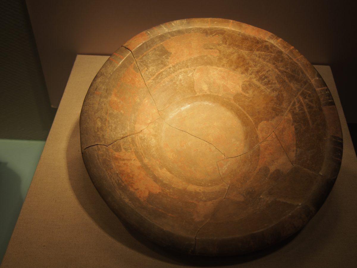 新石器彩绘蟠龙盘