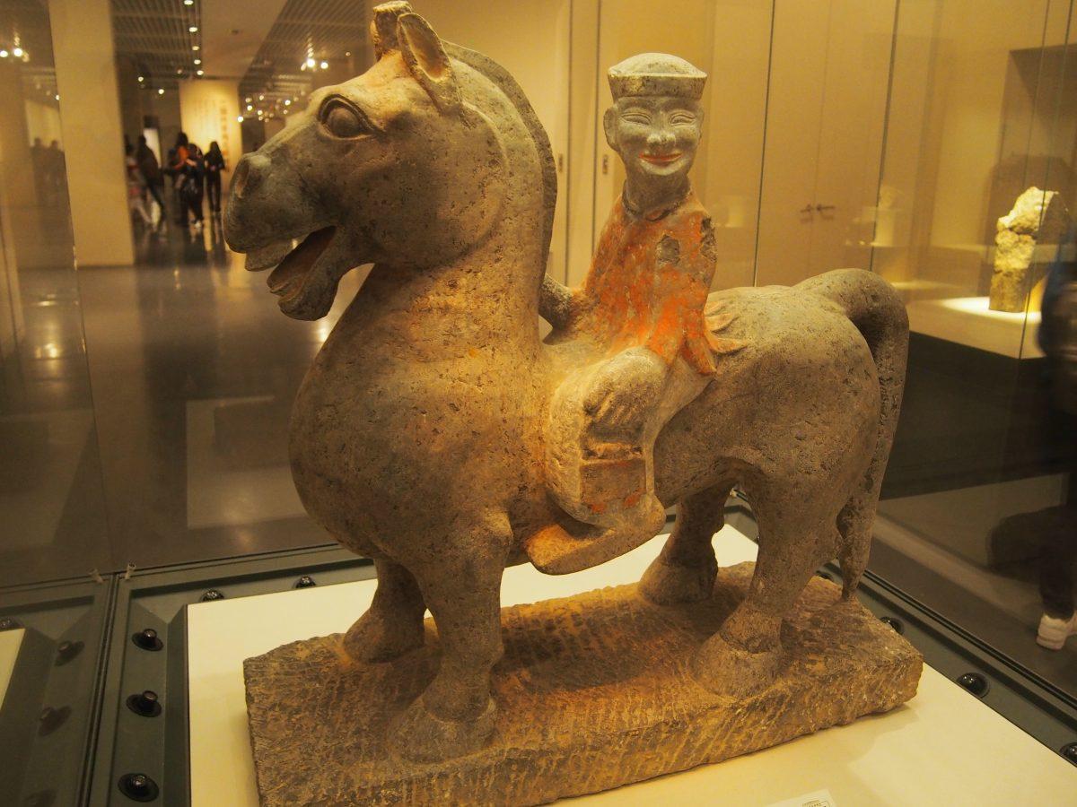 彩绘石骑马人