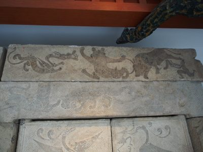 方城东关墓道门画像石