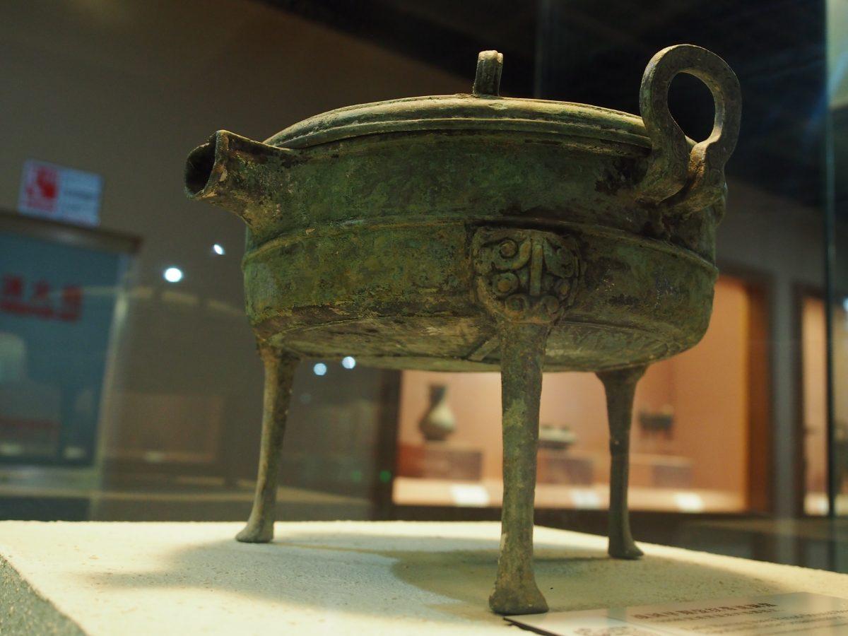 战国早期带流铜鼎