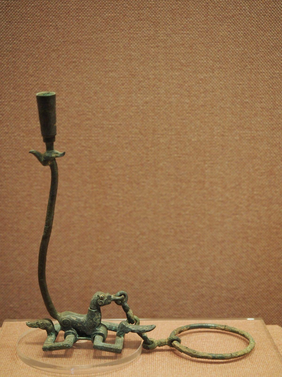 战国·错金银凤首虎座铜提链方环